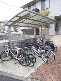 自転車はこちらに!屋根付きなのがうれしい!!