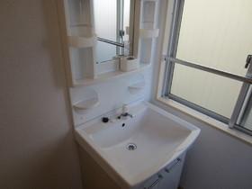 洗面スペースあります。隣に洗濯機置場あります。