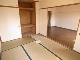 天井までの高さのある和室収納スペース