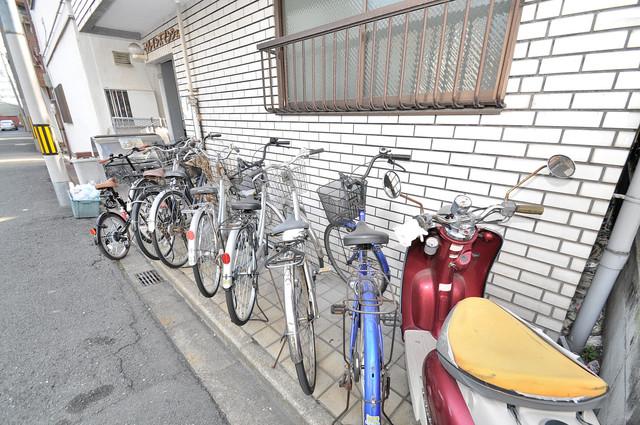 こちらに自転車を置いて下さい。