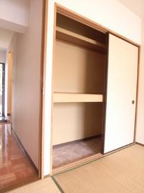 押入れタイプの収納スペース。