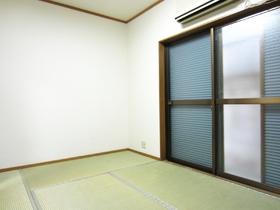 雨戸付きの和室♪エアコンもあります♪