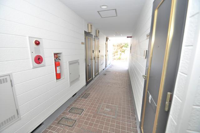 玄関まで伸びる廊下がきれいに片づけられています。