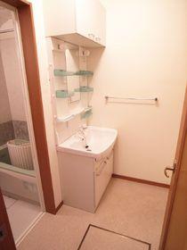 洗面台の向かいに洗濯機置き場もございます。