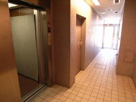 エレベーターホールも定期清掃でキレイに!!