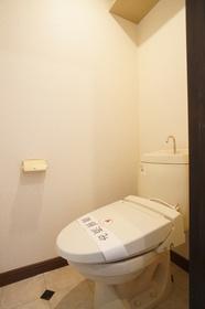 トイレには吊り棚もあり便利!