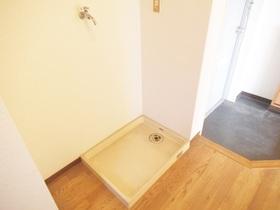 洗濯機置き場は玄関横のスペースです