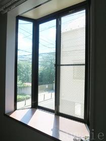 出窓から明るい日差しが入ります!