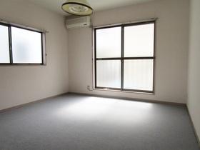 カーペットフロアの居室です。
