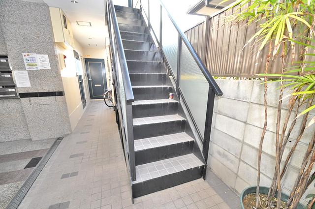 2階に伸びていく階段。この建物にはなくてはならないものです。