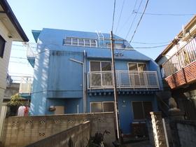 青い外壁が特徴的な建物です!