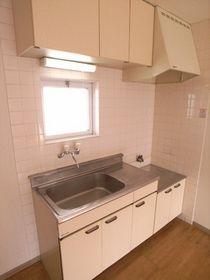 換気窓のあるキッチン。