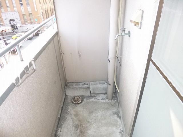 ベランダ洗濯機置場。
