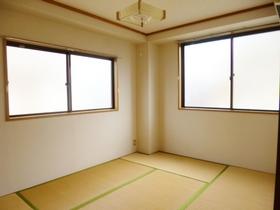 2面採光の明るい和室です。