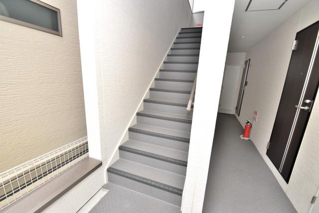 オーク永和 2階に伸びていく階段。この建物にはなくてはならないものです。