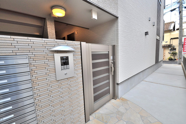 フジパレス高井田西Ⅱ番館 エントランス周辺はいつもキレイに片付けられています。