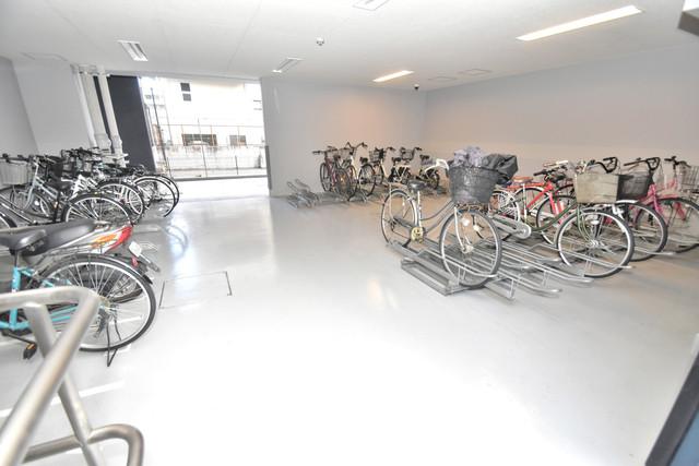プレサンス上町台筆ケ崎 SOUTH 屋内にある駐輪場は大切な自転車を雨から守ってくれます。