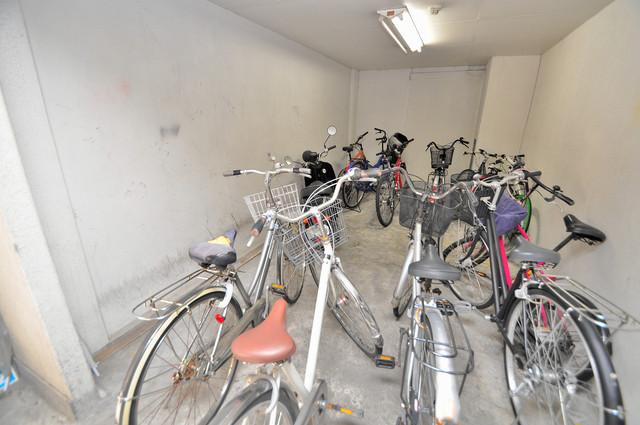 ロイヤルマンション 敷地内にある専用の駐輪場。雨の日にはうれしい屋根つきです。
