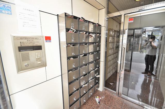 屋内にあるポストは大切な郵便物を雨から守ってくれます。