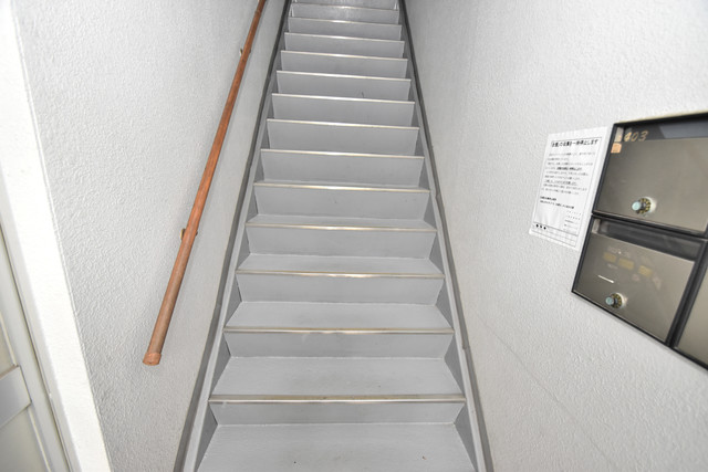 グランドール勇成 2階に伸びていく階段。この建物にはなくてはならないものです。