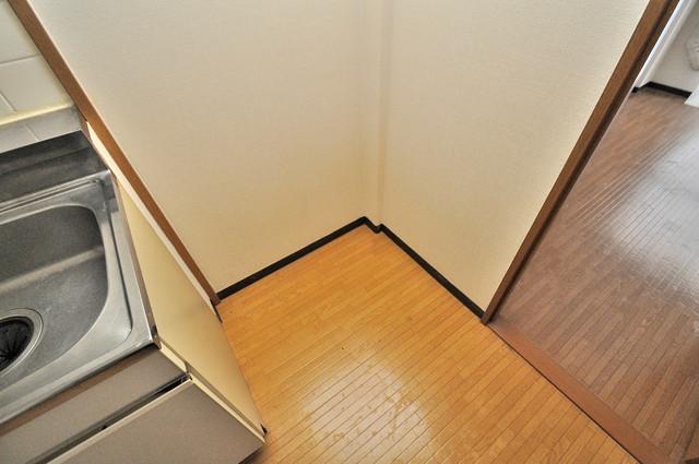 ジャルディーノ壱番館 冷蔵庫置き場も確保。キッチンのすぐ横だから使いやすい。