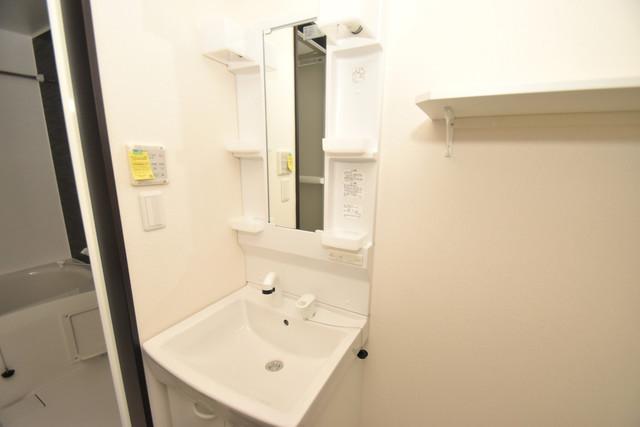 ラージヒル長瀬EAST 独立した洗面所には洗濯機置場もあり、脱衣場も広めです。