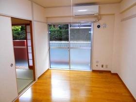 和室を改修した南面の洋室(フローリング、エアコンあり)