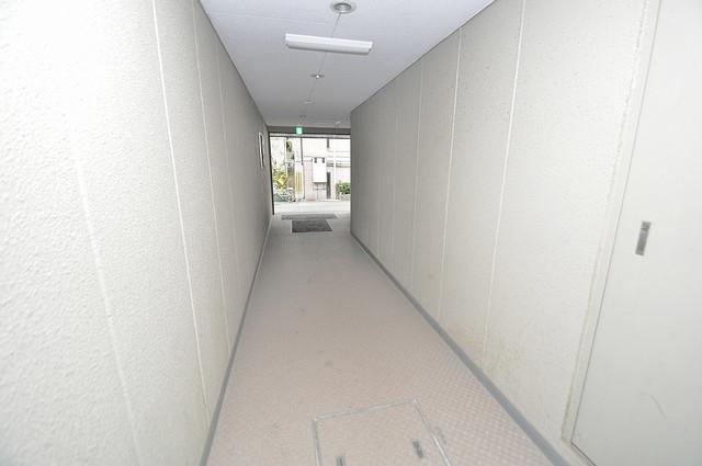 メゾン朝日八戸ノ里 玄関まで伸びる廊下がきれいに片づけられています。