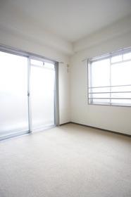 2面に窓ありで明るい室内