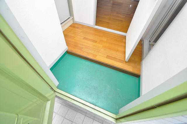 ジョイライフ永和 玄関に入るとリビングから一直線、明るい光が差し込みます。