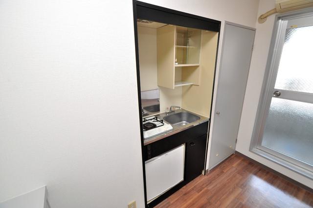 シティハイツ布施 機能的なキッチンにはミニ冷蔵庫が完備されています。