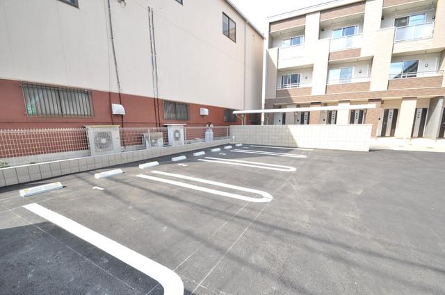 ラヴィエベル 敷地内には駐車場があり安心ですね。