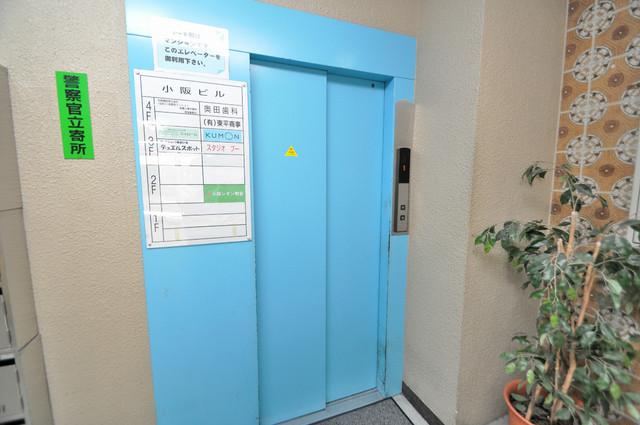 小阪ビル 嬉しい事にエレベーターがあります。重い荷物を持っていても安心