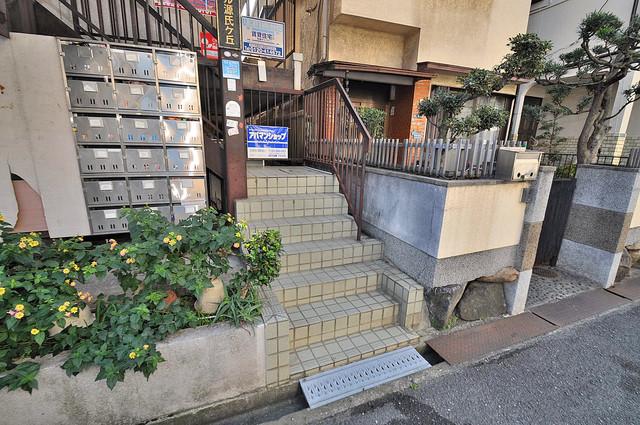 シャトール源氏ケ丘 玄関前の共有部分。周辺はいつもキレイに片付けられています。