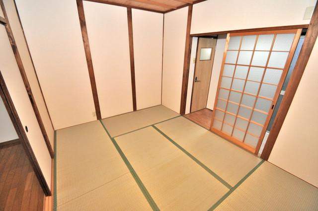 御厨栄町2丁目貸家 明るいお部屋は風通しも良く、心地よい気分になります。