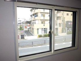 腰高窓には内側にインナーサッシが付いています