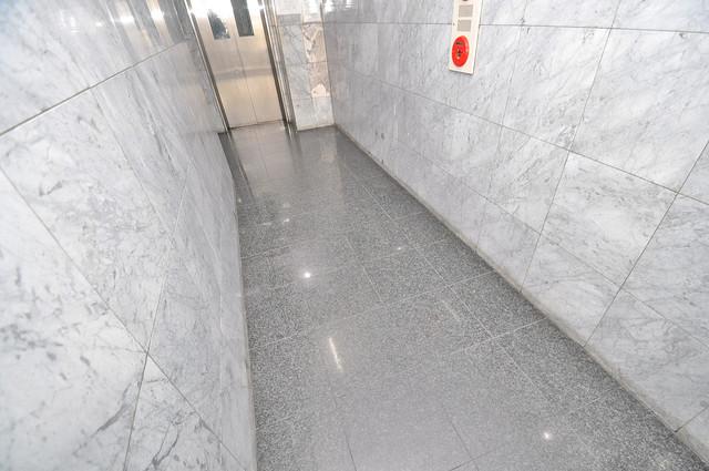 クリスタルアーク 玄関まで伸びる廊下がきれいに片づけられています。