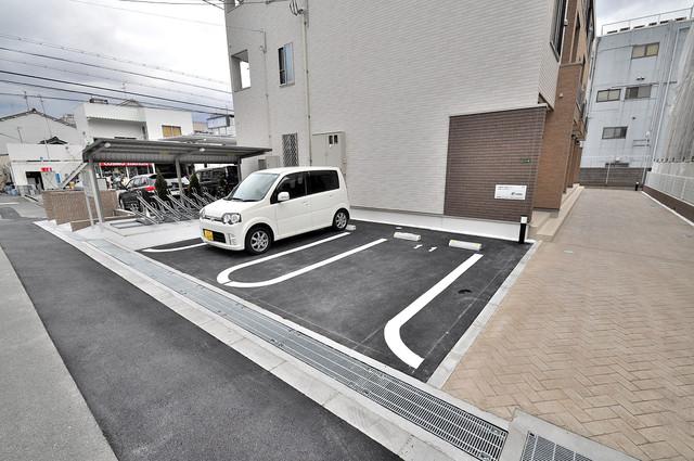 カーサプラシード 敷地内にある駐車場。愛車が目の届く所に置けると安心ですよね。