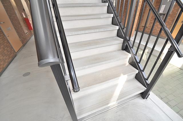 アルベージュ八戸ノ里Ⅱ番館 この階段を登った先にあなたの新生活が待っていますよ。