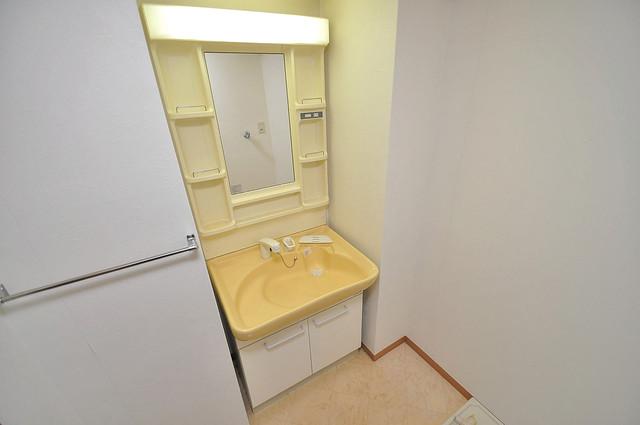 メゾンフレール シンプルな洗面所は脱衣場も兼ねています。