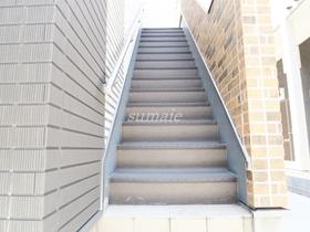共有部分の2階へ上がる階段です☆