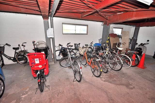 コンラッド長瀬 屋内にある駐輪場は大切な自転車を雨から守ってくれます。