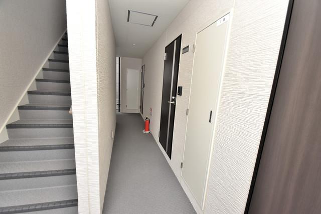 オーク永和 玄関まで伸びる廊下がきれいに片づけられています。