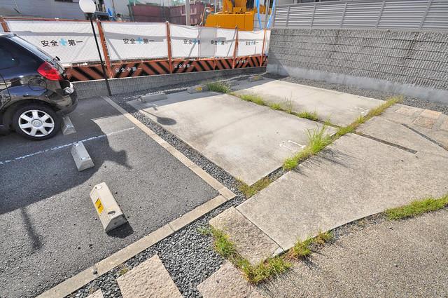 アクティ中本 敷地内にある駐車場。愛車が目の届く所に置けると安心ですよね。