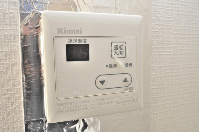 アパートメント生野Ⅲ 給湯リモコン付。温度調整は指1本、いつでもお好みの温度です。来客はこちらで確認してから出て下さいね。安全第一