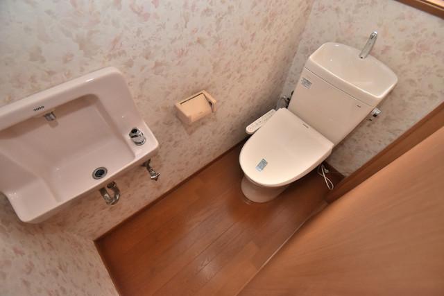 大蓮南2-18-9 貸家 スタンダードなトイレは清潔感があって、リラックス出来ます。