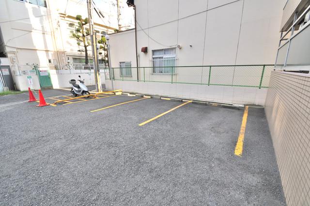 ハイムリップル荒川 敷地内にある駐車場。愛車が目の届く所に置けると安心ですよね。