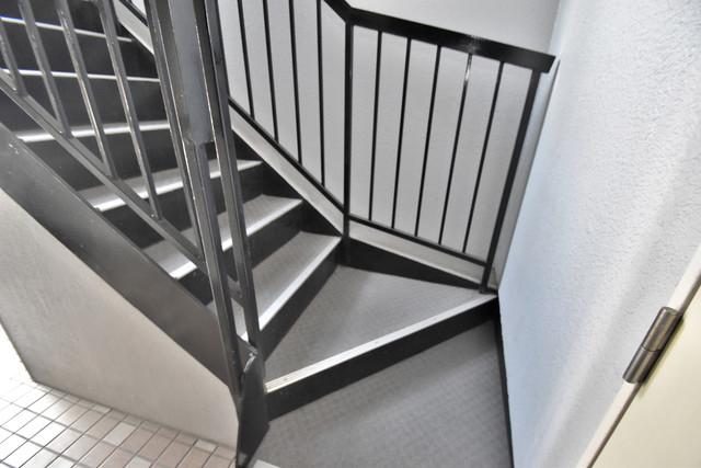 マキノマンション 2階に伸びていく階段。この建物にはなくてはならないものです。