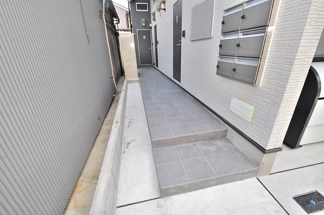 コンフォート 玄関まで伸びる廊下がきれいに片づけられています。