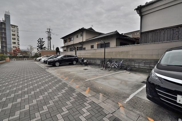 パレグリシーヌ 敷地内にある駐車場。愛車が目の届く所に置けると安心ですよね。